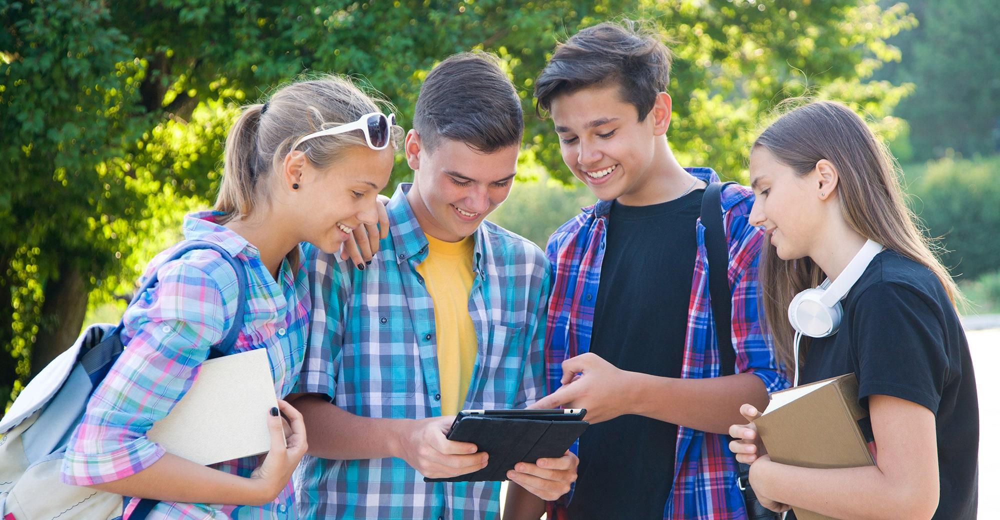 Jugendliche mit Tablet, Foto: yanlev – stock.adobe.com