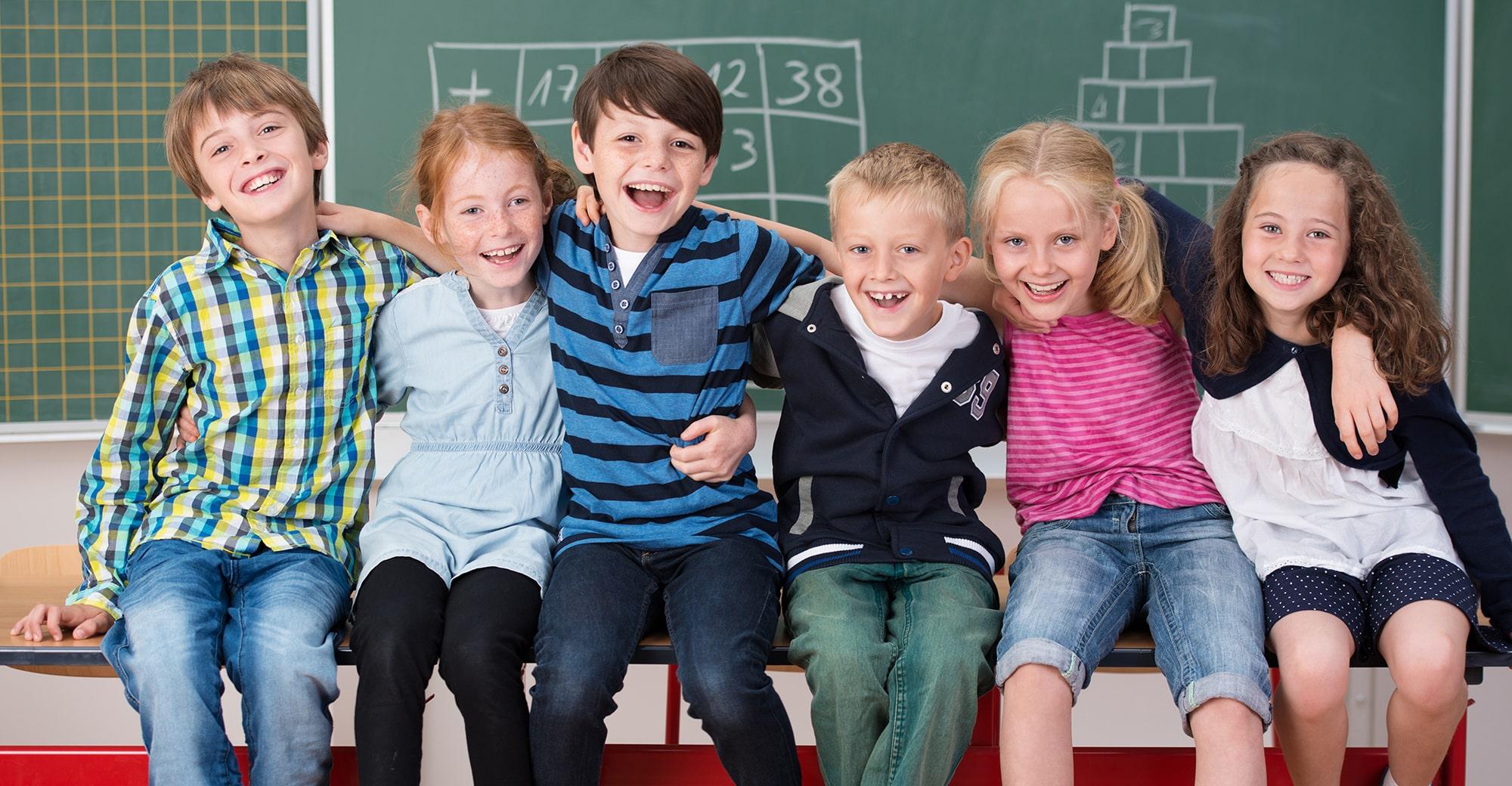 Lachende Kinder vor Schultafel, Foto: contrastwerkstatt – stock.adobe.com