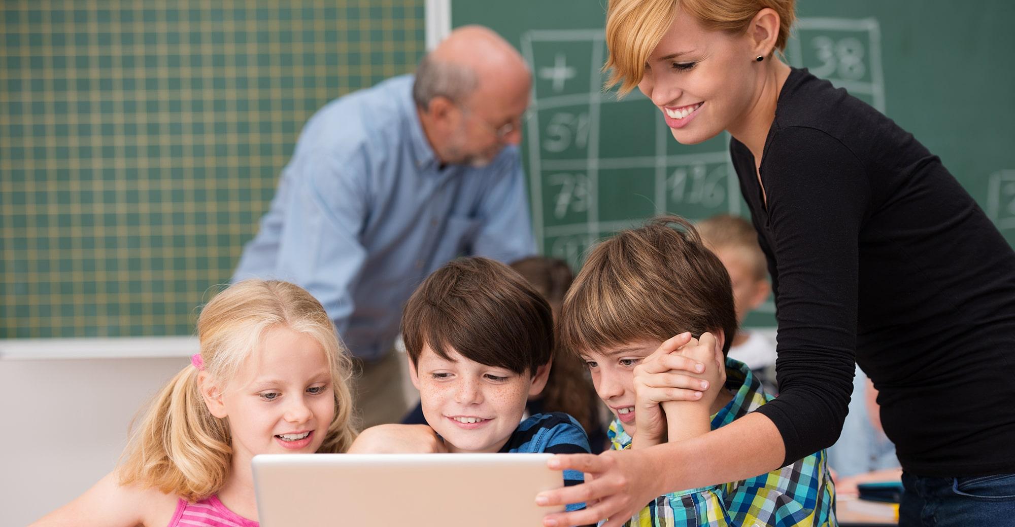 Kinder und Lehrerin mit Tablet, Foto: contrastwerkstatt – stock.adobe.com